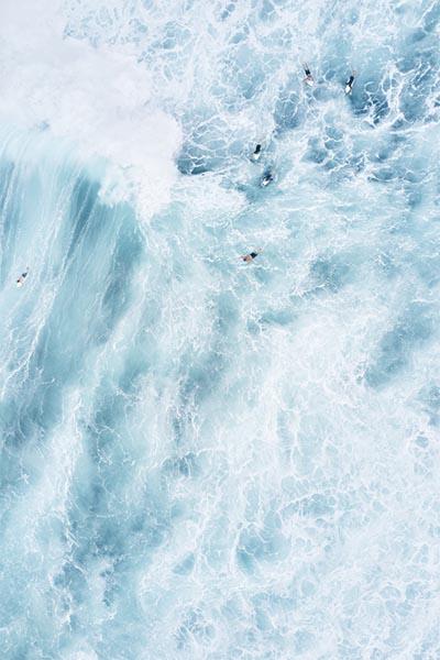 Fotografías aéreas de surfistas conquistando las olas
