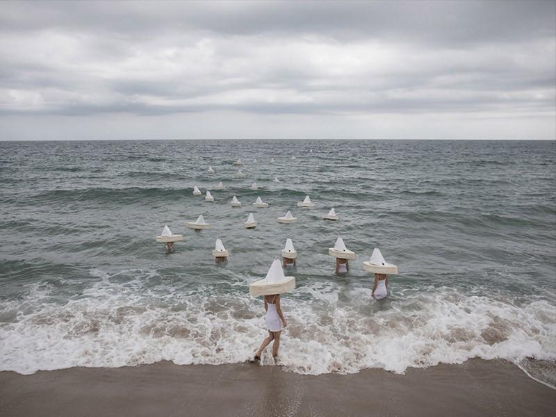 El surrealismo minimalista de la fotógrafa May Parlar